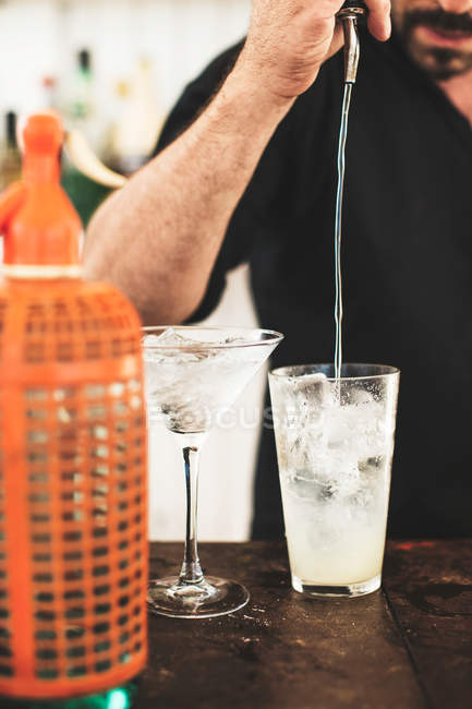 Barkeeper bereitet Cocktail zu — Stockfoto