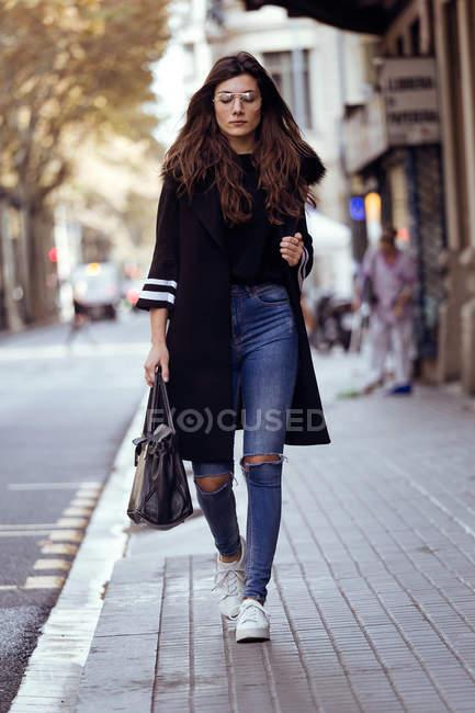 Жінка позує вулиці. — стокове фото