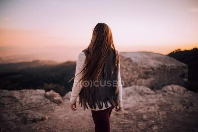Молода дівчина на кам'яні краю — стокове фото