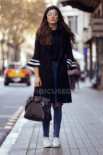 Mujer posando en la calle . - foto de stock