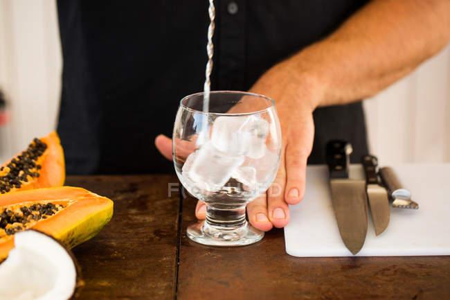 Бармен готовит коктейль — стоковое фото