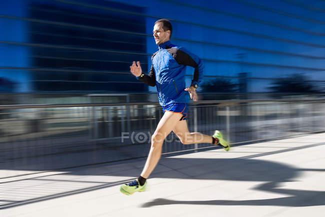 Человек, бегущий в парке . — стоковое фото