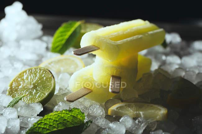 Лимона и Лайма popsicles на льду — стоковое фото