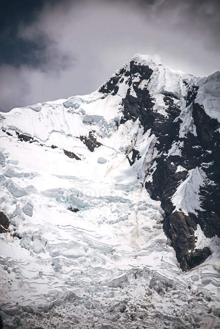 Красиві сніг крита гірський пік — стокове фото