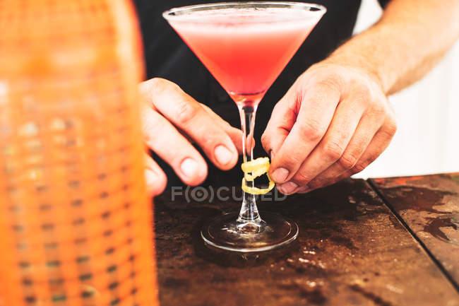 Bartender preparing cocktail — Stock Photo