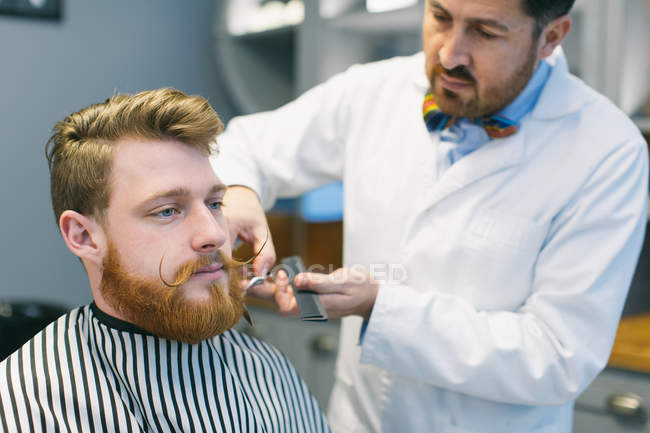 Barber arrangeant barbe — Photo de stock