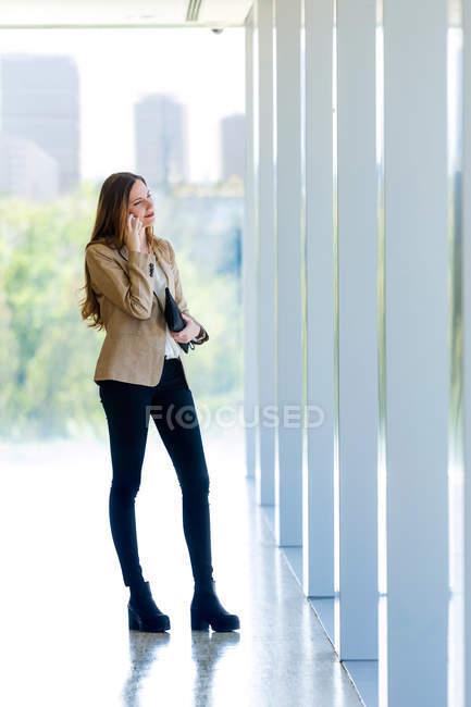 Бизнесмен, пользующаяся своим мобильным телефоном. — стоковое фото