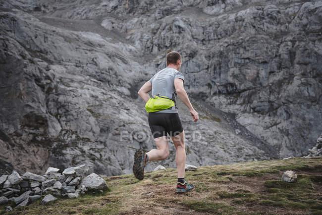 Homem correndo cross-country — Fotografia de Stock
