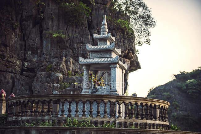 Ancienne pagode près de la rivière au Vietnam — Photo de stock