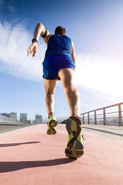 Homem correndo no parque . — Fotografia de Stock