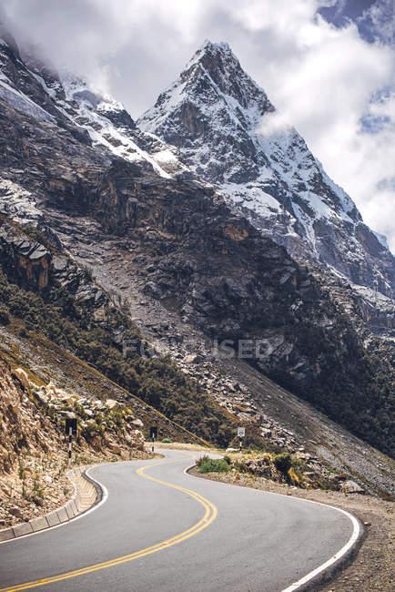 Montanhas nevadas bautiful — Fotografia de Stock