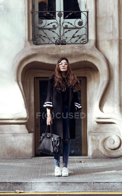 Молода жінка позує вулиці. — стокове фото