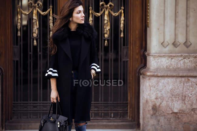 Женщина позирует на улице . — стоковое фото