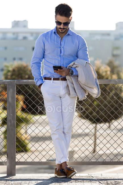 Молодий підприємець, використовуючи свій мобільний телефон. — стокове фото