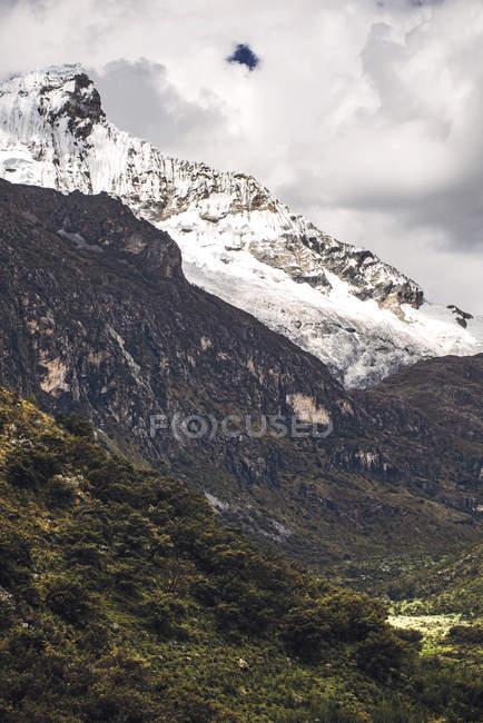 Pico de montanha coberta de neve linda — Fotografia de Stock