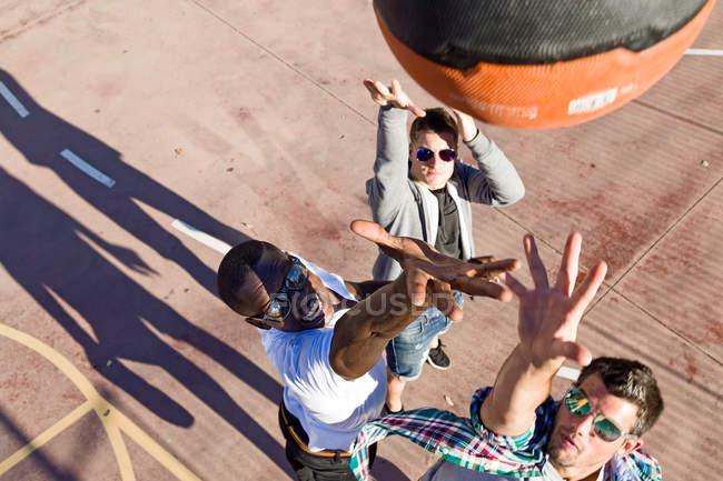 Gruppe von Freunden beim Basketball. — Stockfoto