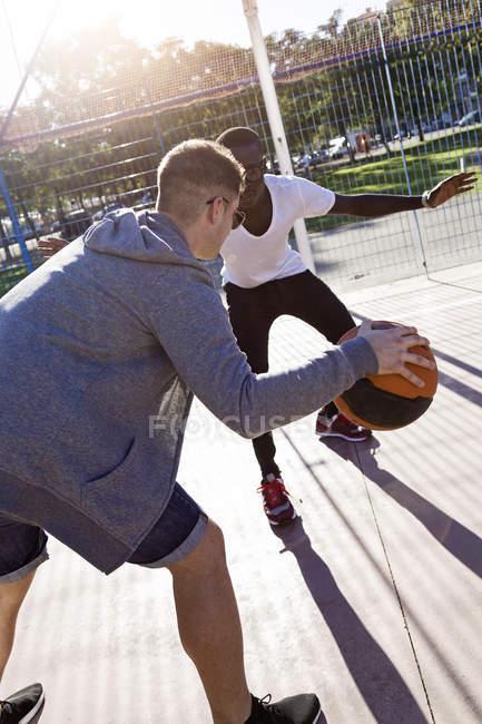 Grupo de amigos jugando baloncesto . - foto de stock