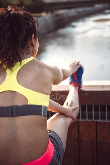 Femme, échauffement avant l'entraînement — Photo de stock