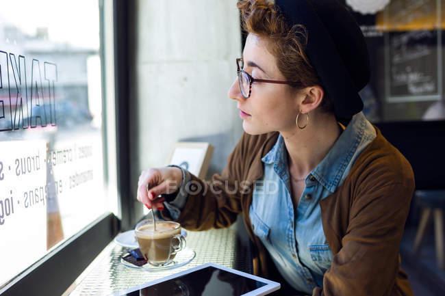 Молодая красивая женщина в кафе — стоковое фото