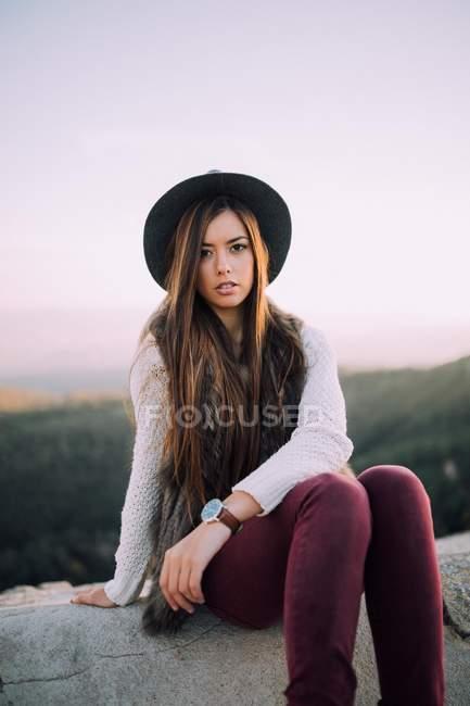 Молодая девушка в шляпе — стоковое фото