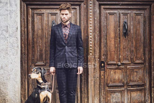 Мода человек с собакой — стоковое фото