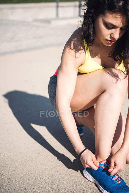 Athletic woman tying the laces — Stock Photo