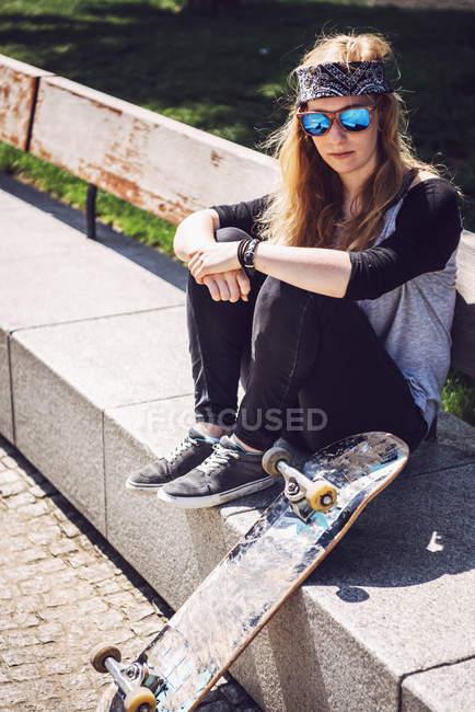 ede1ede9 Skatista de mulher no parque — skate, diversão - Stock Photo ...
