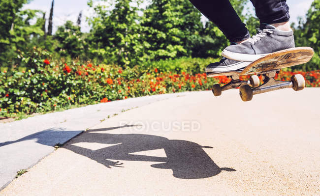 Skateboarder woman practicing ollie — Stock Photo