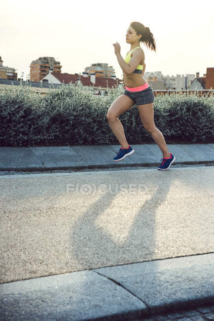 Jeune femme Jogging — Photo de stock