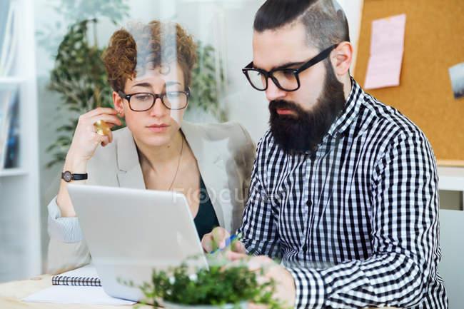 Empresários que trabalham no escritório — Fotografia de Stock