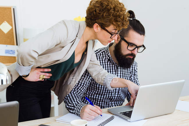 Business people working inoffice — Stock Photo