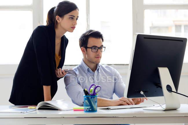 Colegas que trabalham no escritório — Fotografia de Stock