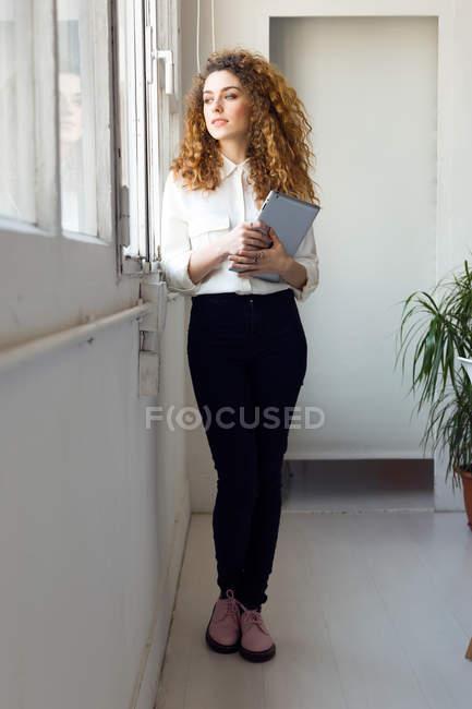 Donna d'affari sicura in carica — Foto stock