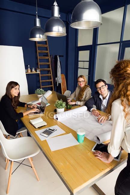 Conferenza in ufficio moderno — Foto stock