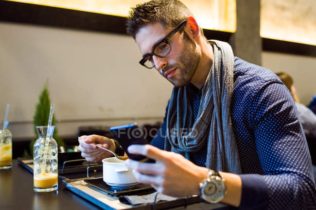 Hombre usando su teléfono móvil - foto de stock