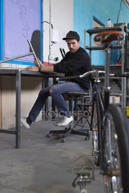 Чоловік дивиться на велосипеді — стокове фото
