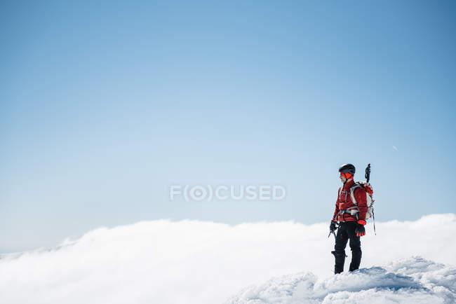 Alpinista no topo da montanha de neve — Fotografia de Stock