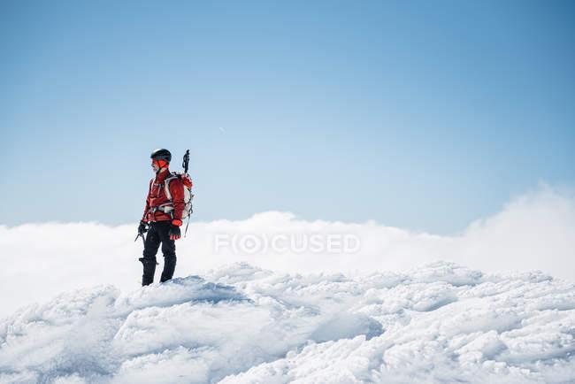 Альпініст на вершині снігові гори — стокове фото