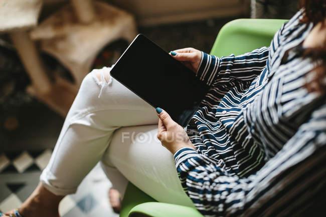 Donna che lavora con tablet — Foto stock