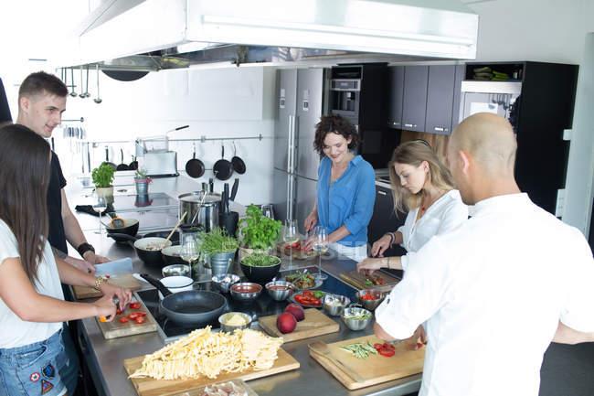 Erwachsene Menschen, gemeinsames Kochen — Stockfoto
