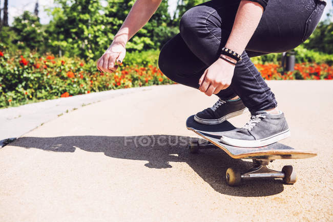 Skateboarder practicing ollie at park — Stock Photo