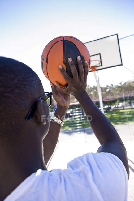 Handsome young man playing basketball. — Stock Photo