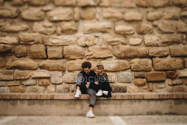 Casal sentado no banco de tempo — Fotografia de Stock