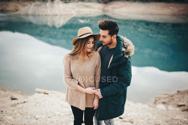 Junges Paar zusammen am Bergsee — Stockfoto