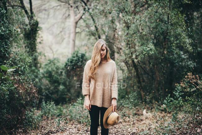 Молода дівчина з капелюхом — стокове фото
