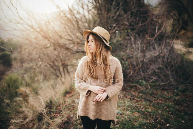 Blondine mit Hut — Stockfoto