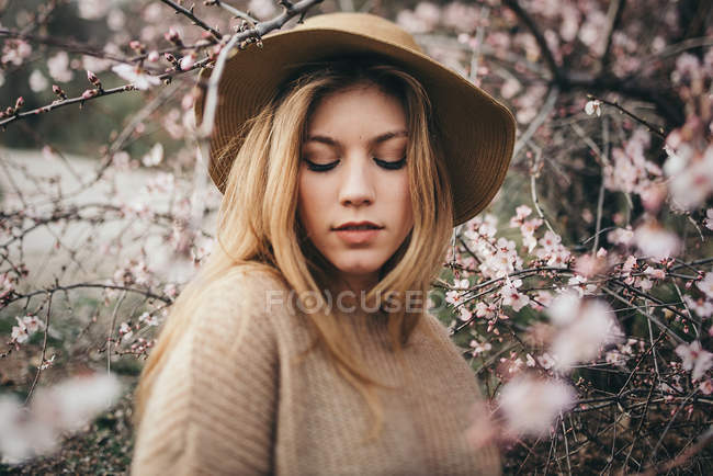 Pretty blonde woman in hat — Stock Photo