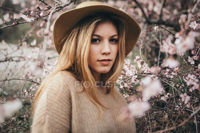 Jolie femme blonde en chapeau — Photo de stock