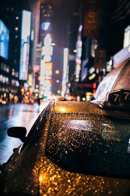 Taxi riding through night city — Stock Photo