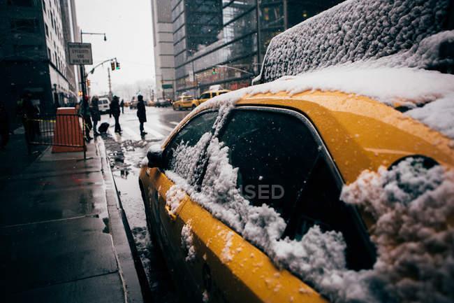 Таксі windows покриті снігом — стокове фото